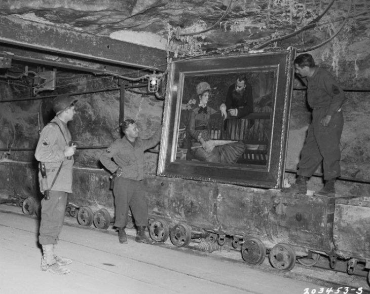 JAV kariai apžiūrinėja druskos kasykloje Vokietijoje rastą E.Manet paveikslą