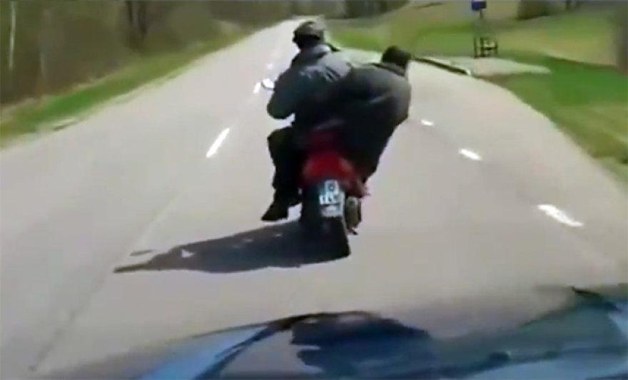 Girtas motociklininkas su girtu keleiviu