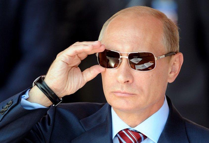 Vladimiras Putinas taisosi akinius nuo saulės žiūrėdamas lakūnų pasirodymą