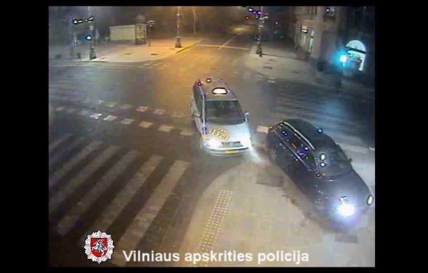 Po susidūrimo mašinos užlėkė ant šaligatvio, tačiau pėsčiųjų vėlyvu metu ten nebuvo.