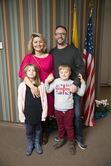 Beata Nicholson su vyru Tomu ir vaikais