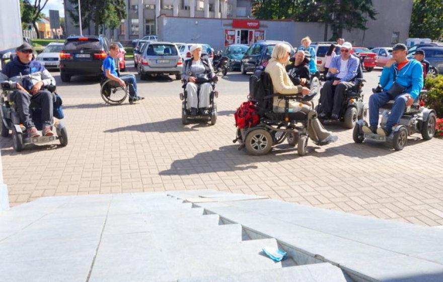 """Neįgalieji sako, kad tokios nuovažos įrengtos tik """"dėl akių"""" – jomis užvažiuoti neįmanoma"""