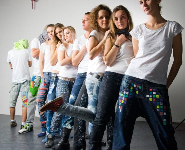 Paaugliai su džinsais