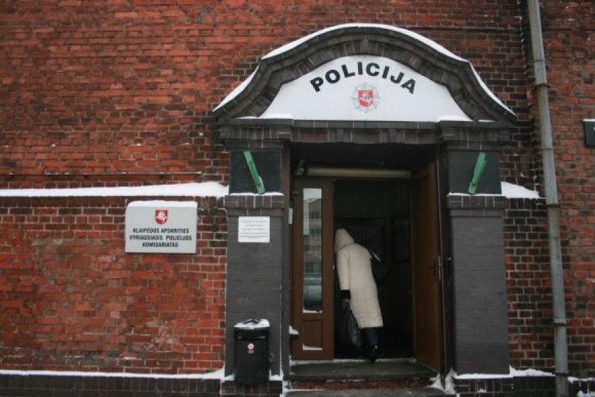 Ranką prieš moteris pakėlę vyrai uždaryti į areštinę.