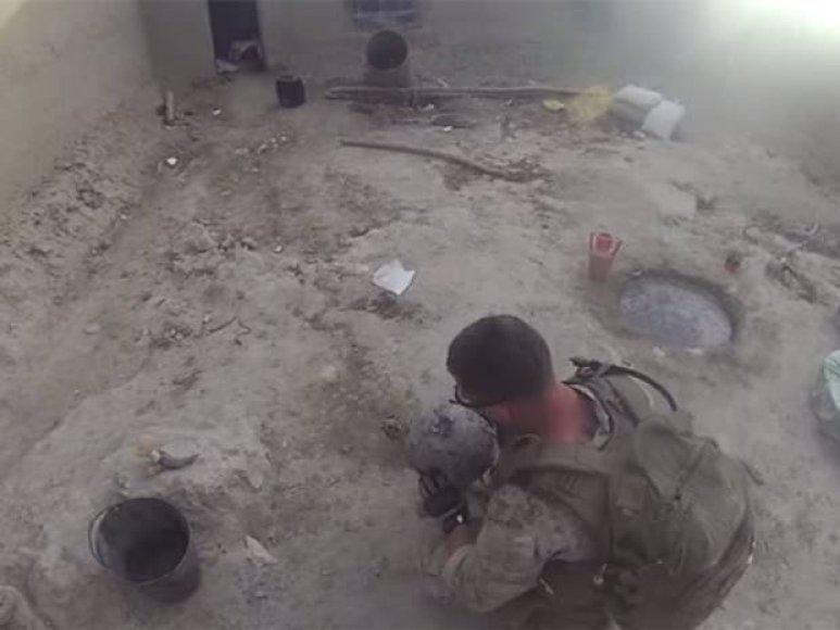 Karys apžiūri šalmą, į kurį pataikė kulka