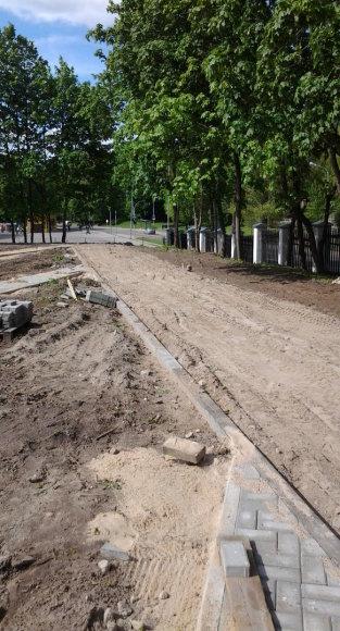 Takas šalia kapinių tvoros