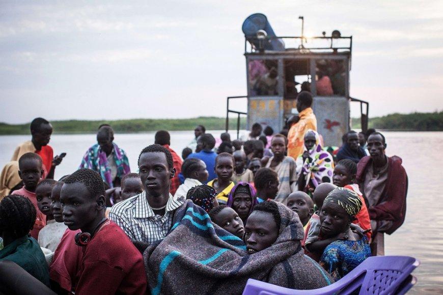 Pietų Sudano gyventojai laivais bėga nuo pilietinio karo kovų.