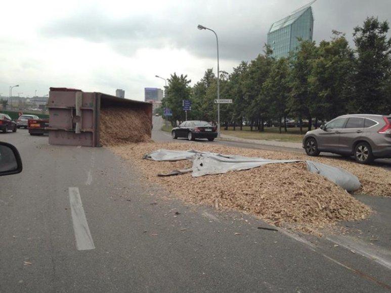 Vilniuje apvirto pjuvenas vežęs sunkvežimis
