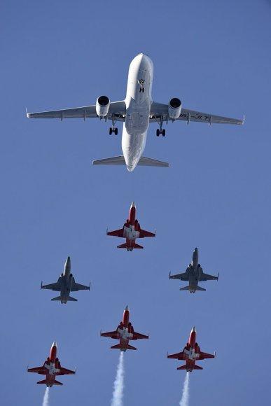 """Šveicarijos oro pajėgų akrobatų komandos """"Patrouille Suisse"""" lydimas lėktuvas """"Airbus A320"""""""