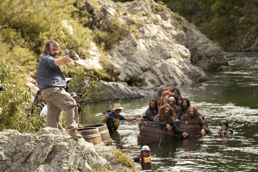 """Peteris Jacksonas juostos """"Hobitas: Smogo dykynė"""" filmavimo aikštelėje"""