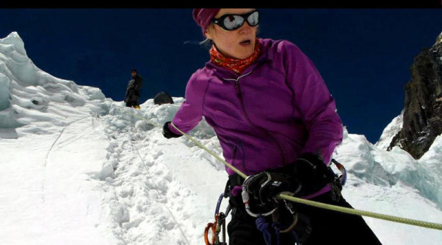 Edita treniruojasi kopti prisirišusi prie virvių