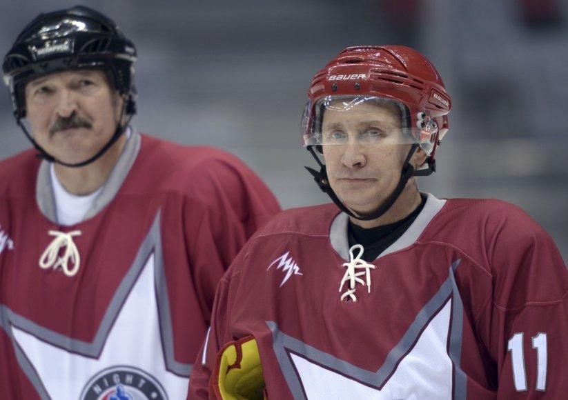 Vladimiras Putinas ir Aliaksandras Lukašenka žaidžia ledo ritulį