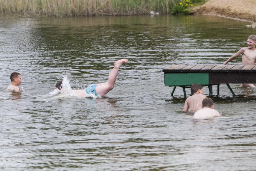 Salotės ežero poilsiautojai prieš lietų.