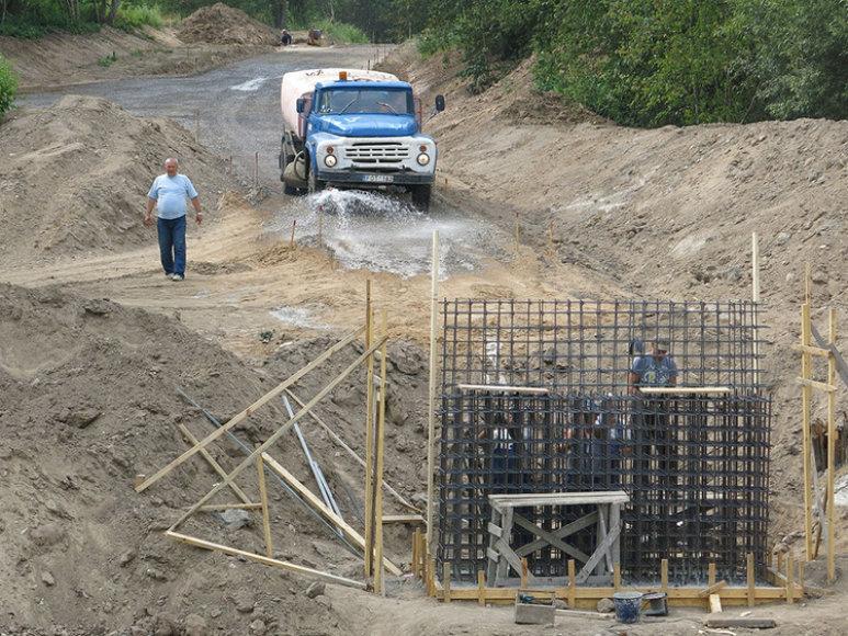 Šiuo metu statomos tilto per Ežeruonos upelį krantinės atramos.