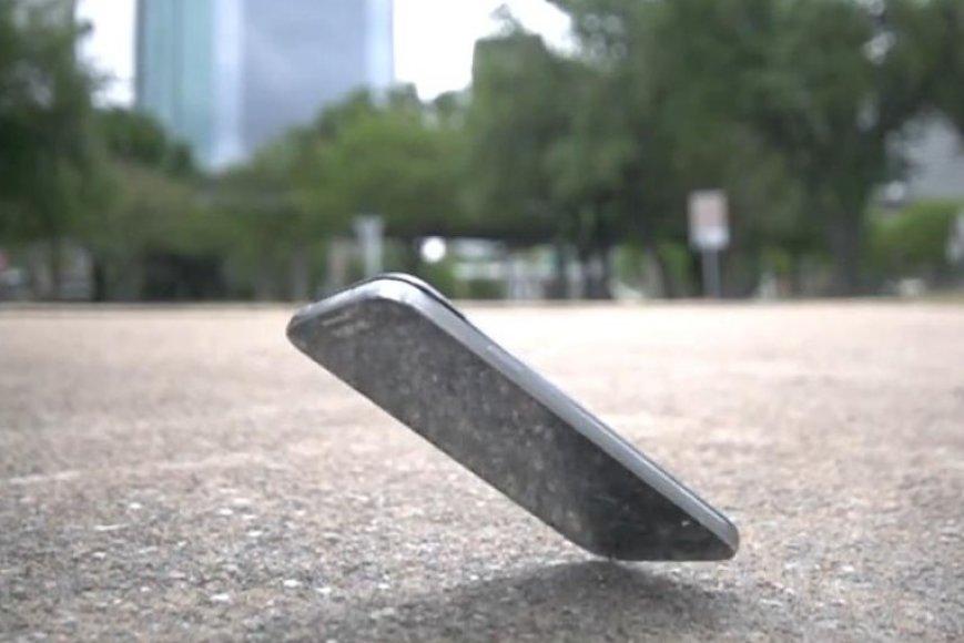 """Samsung Galaxy S4"" krenta ant grindinio"
