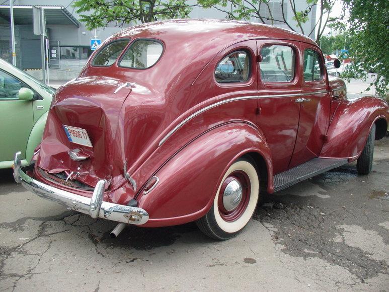 """Avarijoje apgadintas 1939 m. """"Plymouth P8 Deluxe"""""""