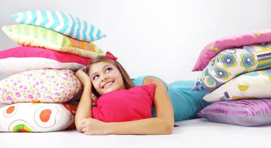 Mergina tarp pagalvių