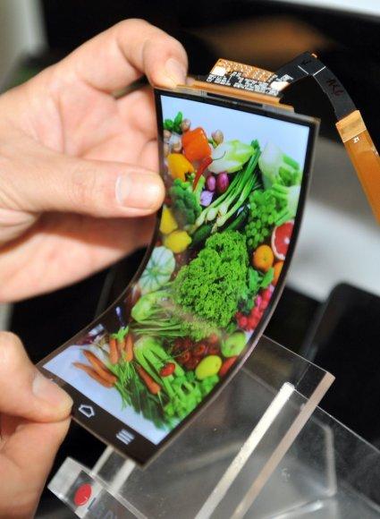 """LG """"G Flex"""" išmaniojo telefono lankstus ekranas"""