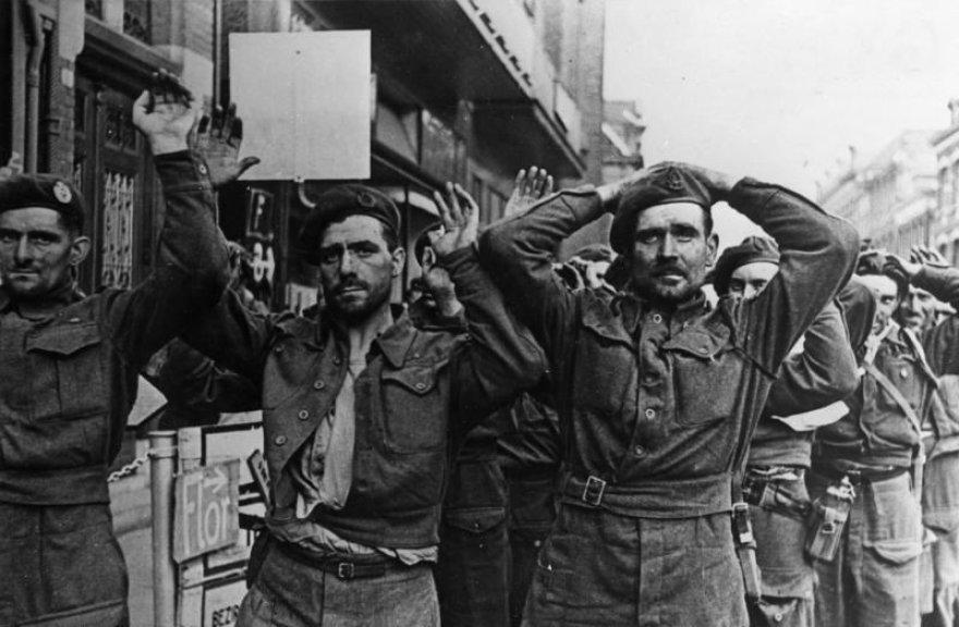 """Britų karo belaisviai Arnheme po nesėkmingos operacijos """"Market Garden"""" (1944 m. rugsėjis)"""