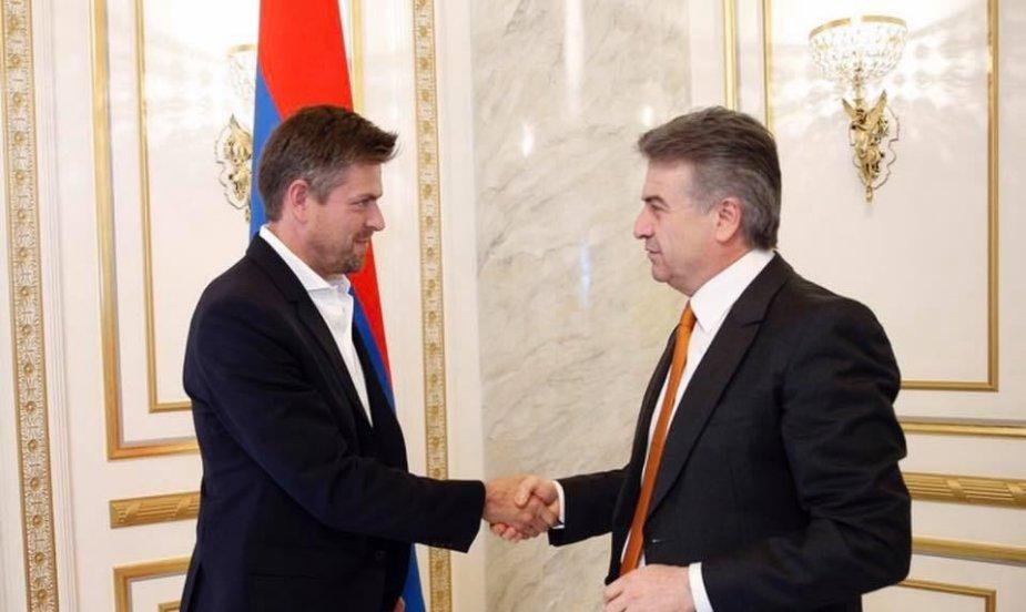I.Laurs su Armėnijos premjeru