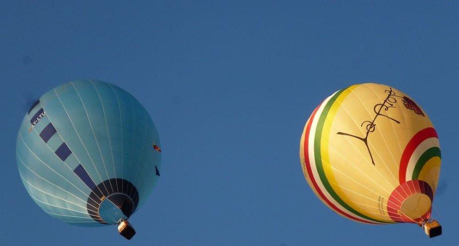 Daivos Rakauskaitės balionas (kairėje)