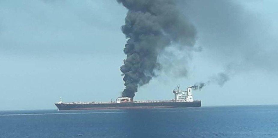 Omano jūroje degantis tanklaivis