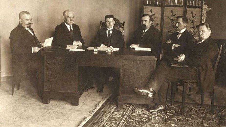 Pirmoji vyriausybė: iš kairės: Jonas Yčas, Petras Leonas, Augustinas Voldemaras, Martynas Yčas, Juozas Tūbelis, Vladas Stašinskas