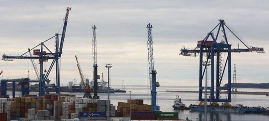 Į Klaipėdos uostą atplukdytas milžiniškas kranas
