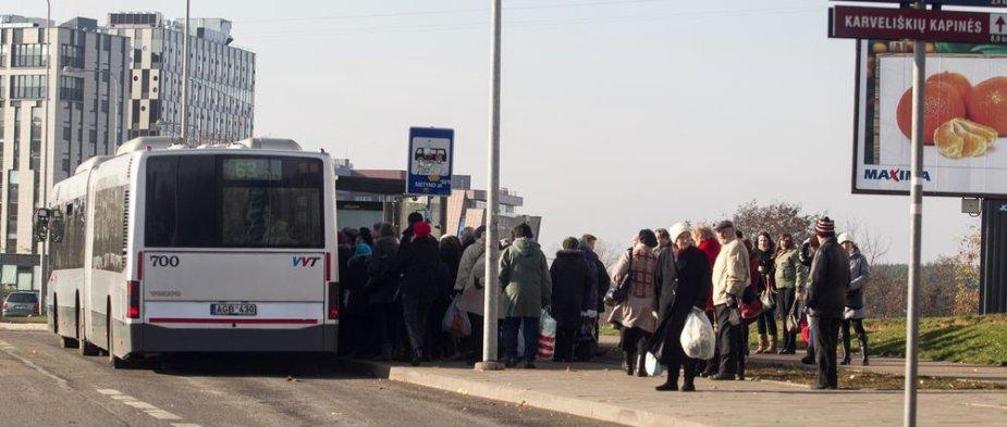 Į Karveliškių kapines važiuojantys autobusai perpildyti.