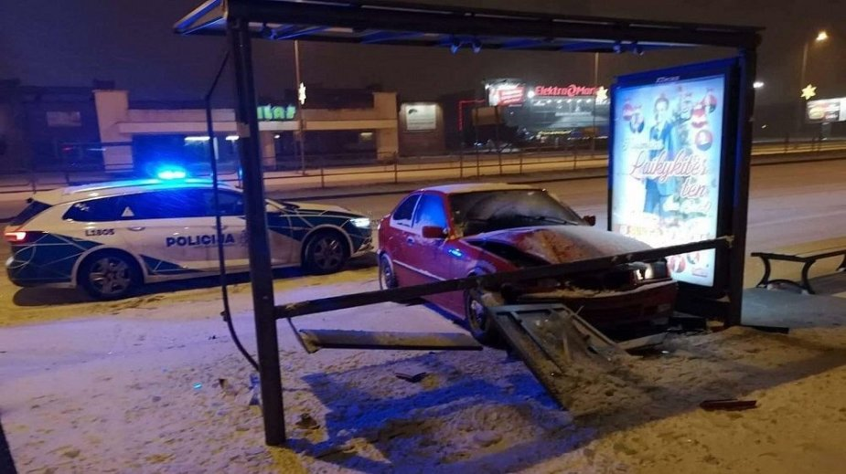 Klaipėdoje BMW trenkėsi į viešojo transporto stotelę