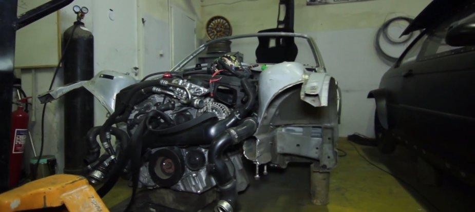 Šoninio slydimo varžybos ruošiamas BMW Z3