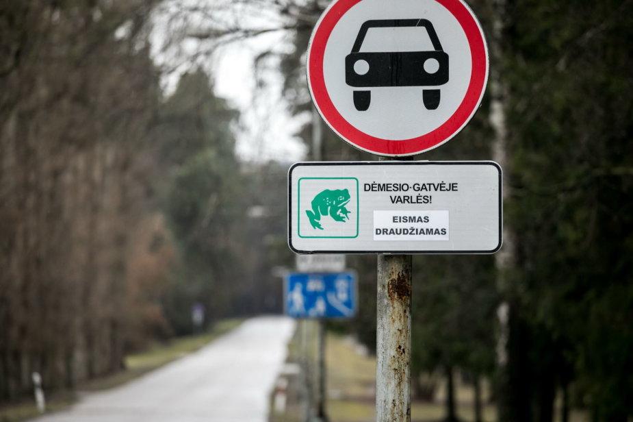 S.Žiūros nuotr./Vilniaus Vingio parke dėl varlių migracijos ribojamas eismas