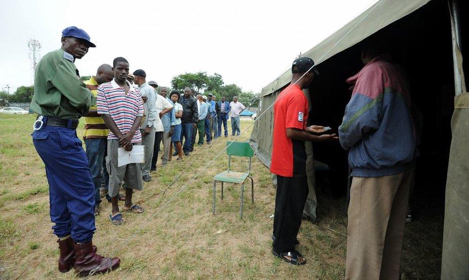 Zimbabvė balsuoja referendume dėl naujos konstitucijos.