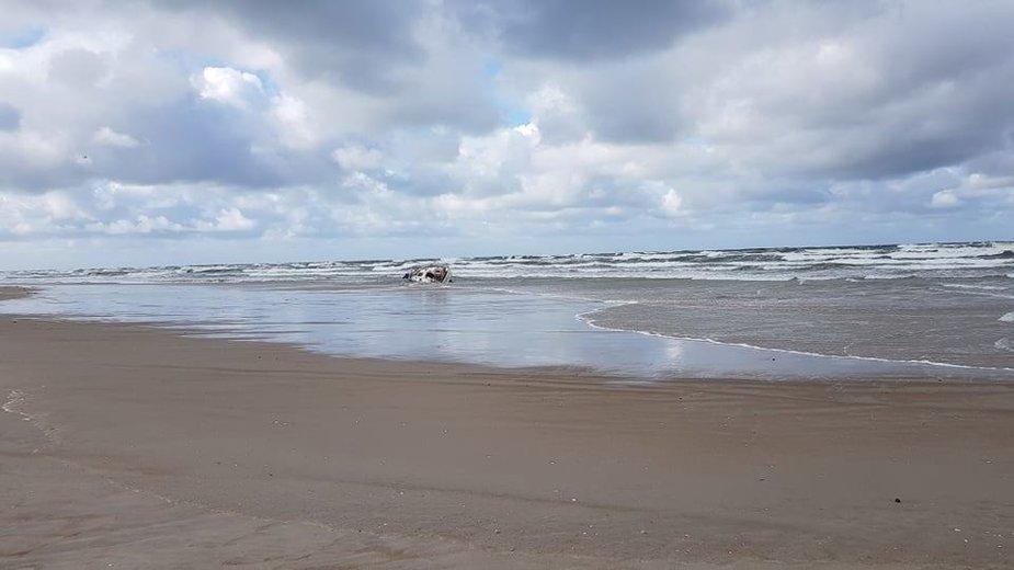 Lenkų jachta išmesta į krantą prie pietinio molo, Smiltynėje.