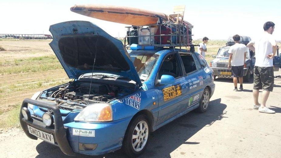 """""""Mongol Rally"""" dienoraštis. Škotų automobilis su baidare"""
