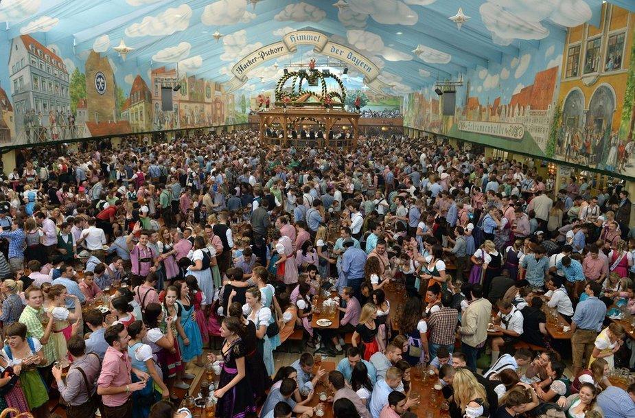 """AFP/""""Scanpix"""" nuotr./""""Oktoberfest"""" alaus šventė Miunchene"""