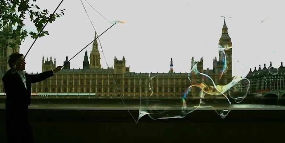 Samas Heathas stebina Londono lankytojus įspūdingo dydžio burbulais