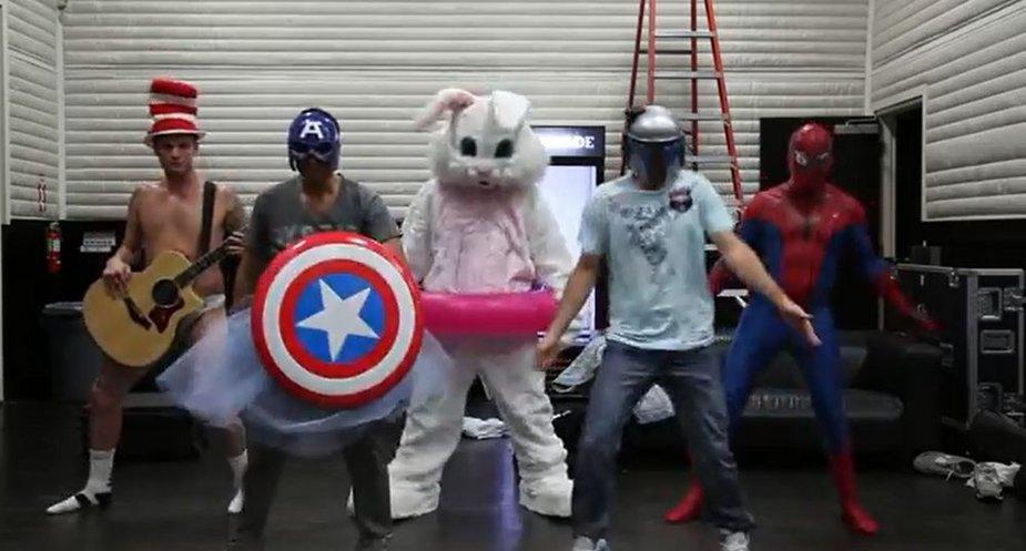 """Grupės """"Backstreet boys"""" vaikinai sukūrė """"Harlem shake"""" šokio vaizdo klipą"""