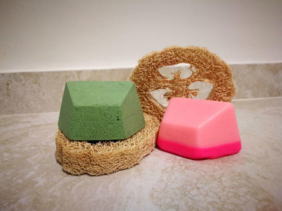 Asmeninio archyvo nuotr./Ingos naudojami kietieji šampūnai bei augalinės kilmės kempinė
