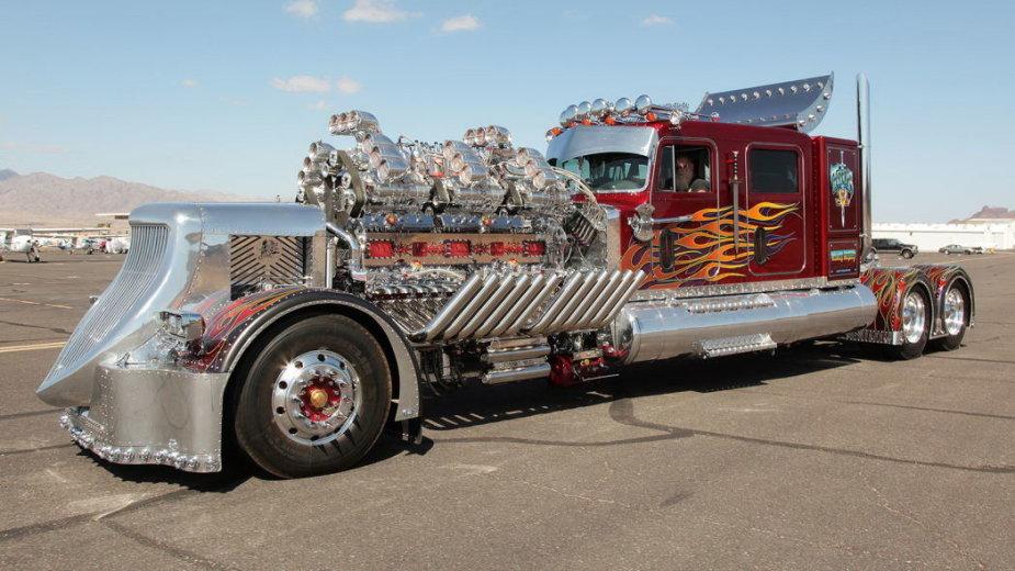 Vilkikas-monstras su dviem V12 varikliais