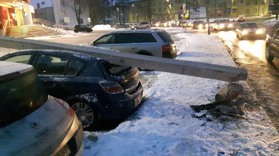 """Kaune """"VW Polo"""" įsirėžus į stulpą, šis užgriuvo ant stovėjusio """"Opel"""""""