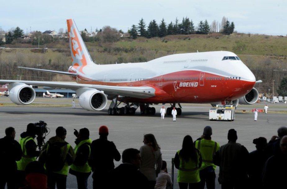 """Ilgiausias keleivinis lėktuvas """"Boeing 747-8 Intercontinental""""  atliko pirmąjį skrydį."""