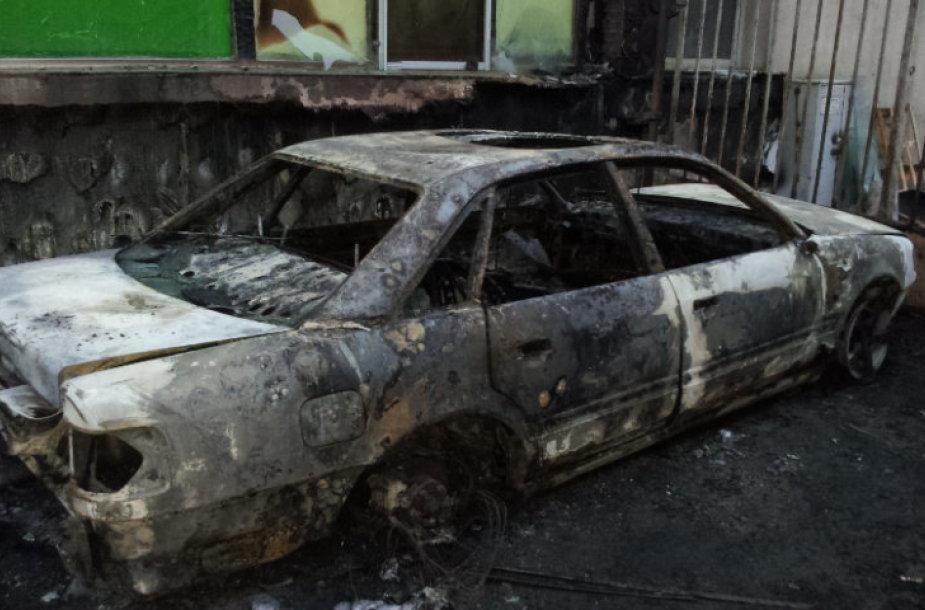 """Sudegintas FNTT pareigūnų automobilis """"Audi 100"""""""