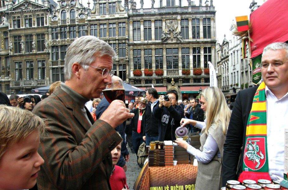 """Pristatyti alų gilias alaus gamybos tradicijas turinčioje šalyje buvo rizikinga, tačiau šiaulietišką """"Tamsųjį elį"""" skanavo ir įvertino pats Belgijos karalius."""