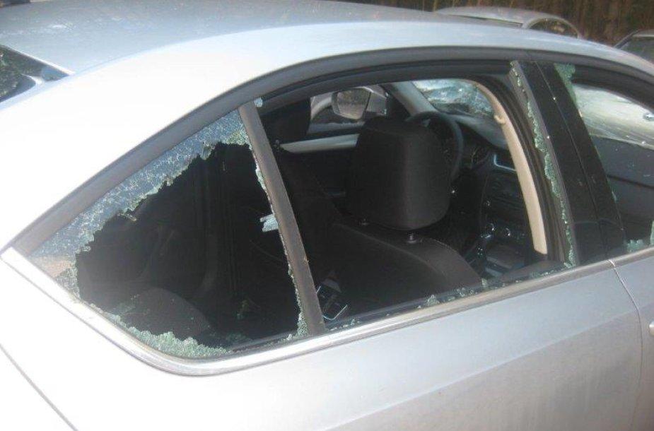 Vandalų apgadintas automobilis