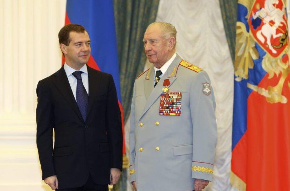 Dmitrijus Medvedevas apdovanojo Dmitrijų Jazovą.