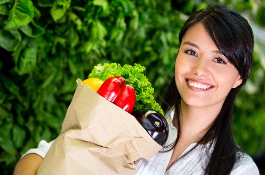 Moteris neša maisto produktus