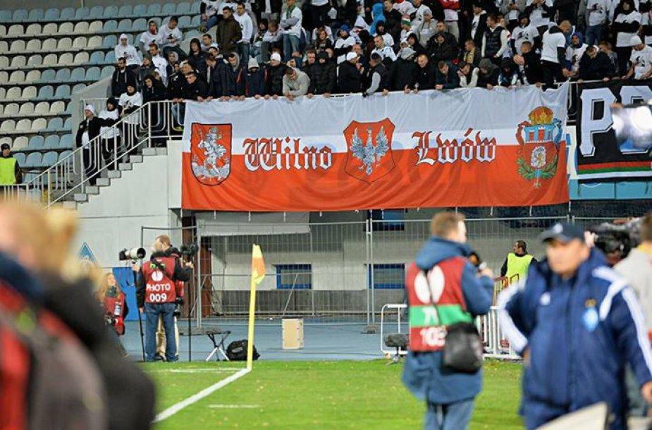 Lenkų futbolo sirgalių iškeltas plakatas Kijevo stadione