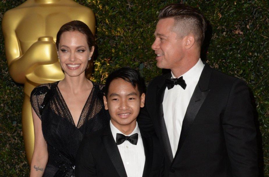 Bradas Pittas ir Angelina Jolie su sūnumi Maddoxu