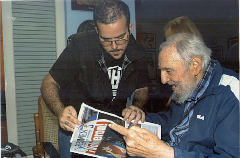 F.Castro matomas kartu su žmona Dalia per surengę susitikimą savo namuose su Havanos universiteto studentų sąjungos lyderiu.